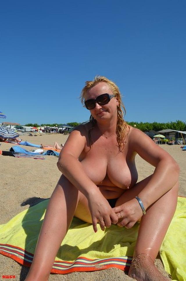 пышная блонда на курорте порно фото