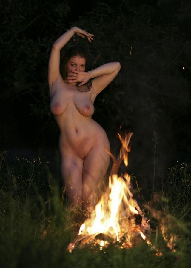 Танцующие голые девушки фото