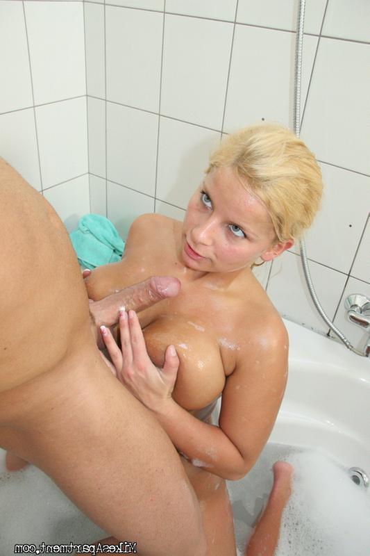 секс с секси блондинкой в ванне