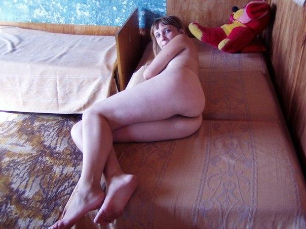 skritaya-kamera-devushka-smotrit-porno-i-drochit